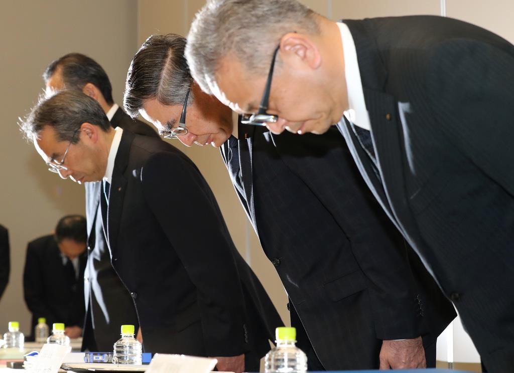 検査不正で、記者会見で頭を下げるスズキの鈴木俊宏社長(右から2人目)ら=12日午後、東京都港区(飯田英男撮影)