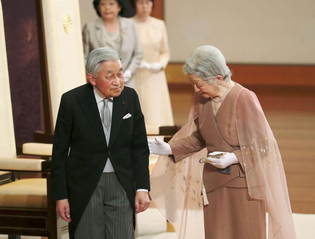 結婚60年の祝賀行事を終え、退席される天皇、皇后両陛下=10日、皇居・宮殿「松の間」