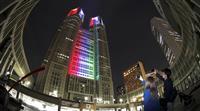 都庁、パラ色に 500日前でライトアップ