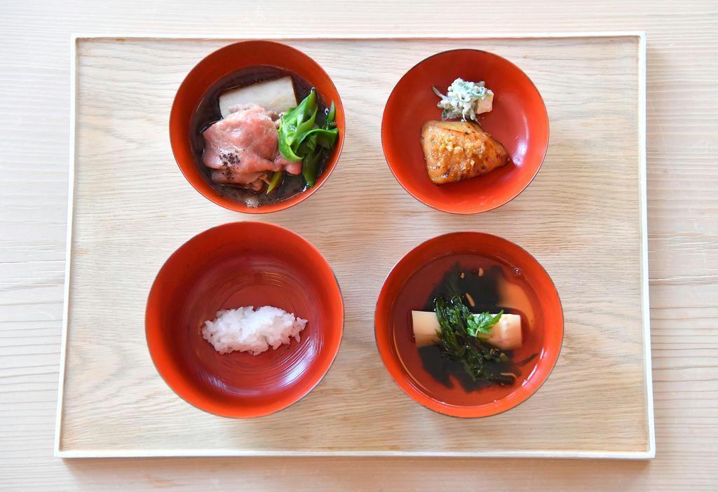 端正に並べられた昼懐石の「四つ椀」。汁椀(右下)のタケノコの上に神馬藻が添えられている