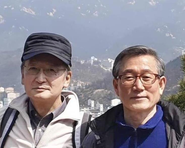 登山中に記念撮影する、韓国・李洛淵首相の秘書室長を務める鄭雲鉉氏(右)と長嶺安政駐韓大使。鄭氏のフェイスブックに投稿された(聯合=共同)