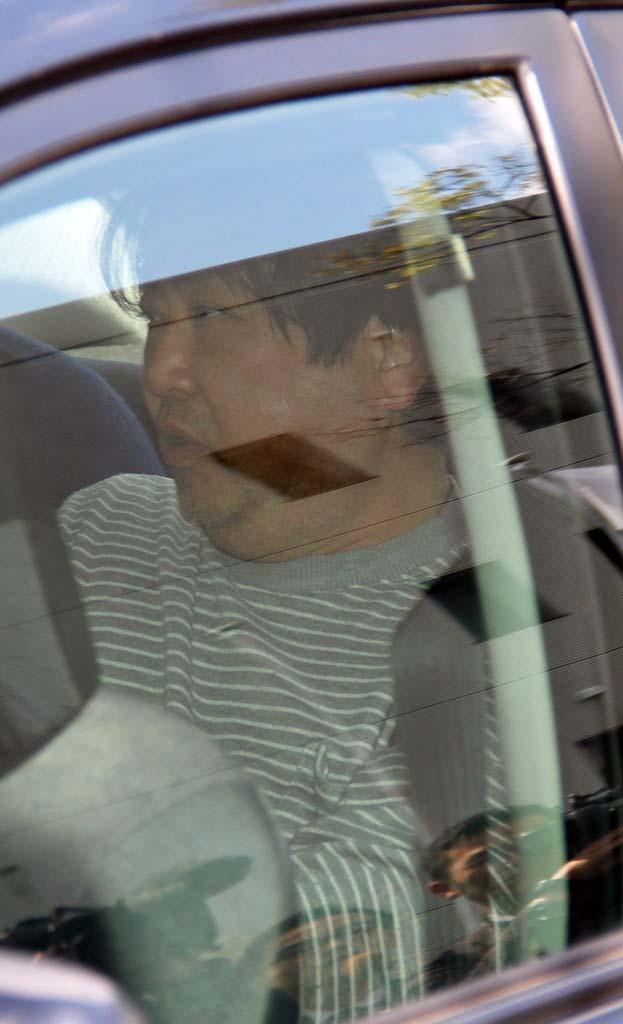 捜査車両で送検される上村栄生容疑者=15日午後、大阪府堺市の南堺署(桑波田仰太撮影)