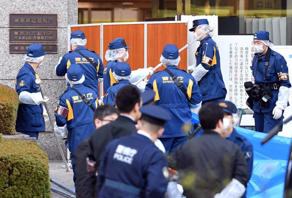 3月20日、女性が刺された東京家庭裁判所前で現場検証する捜査員ら=東京都千代田区(佐藤徳昭撮影)