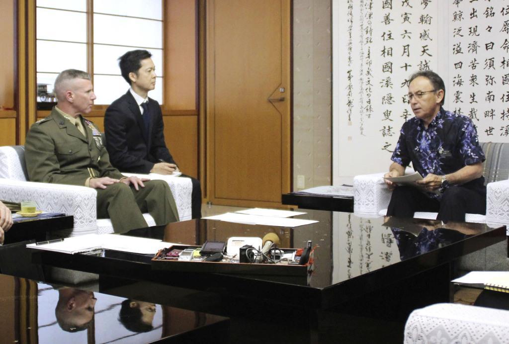 在沖縄米軍トップのエリック・スミス在日海兵隊司令官(左)と会談する沖縄県の玉城デニー知事=15日午後、沖縄県庁
