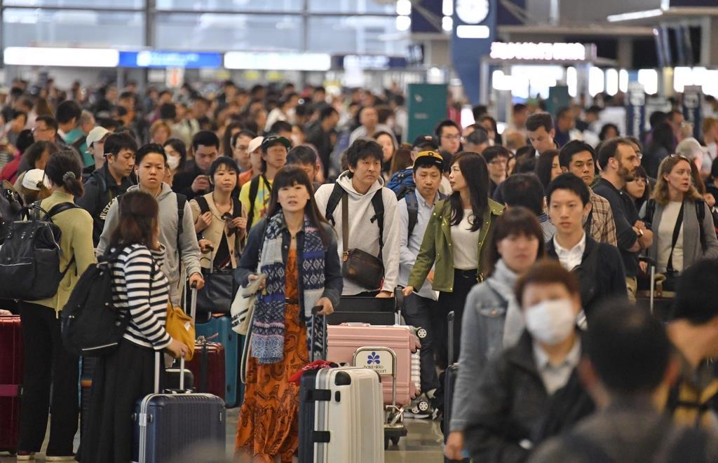 ゴールデンウイーク(GW)出国ラッシュ。帰国したくない人は、世界をタダで旅行でき、多額の給与までもらえるお仕事に応募してみては=2018年4月27日、関西国際空港(沢野貴信撮影)