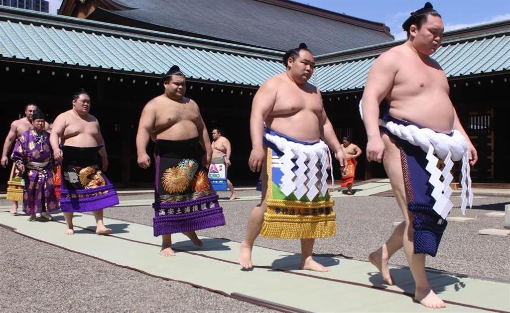 奉納相撲が行われた靖国神社に参拝する白鵬(右)ら=15日、東京都千代田区