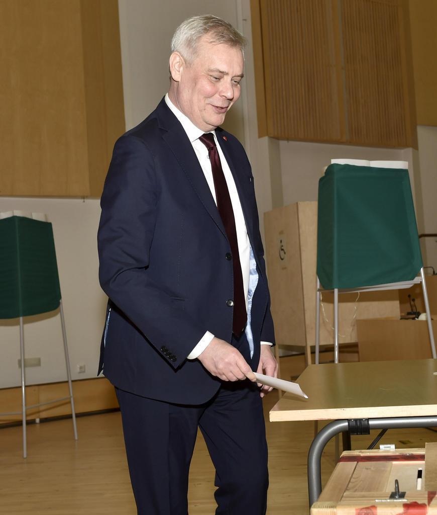 14日、フィンランド議会選で投票する最大野党社会民主党のアンティ・リンネ党首(AP)