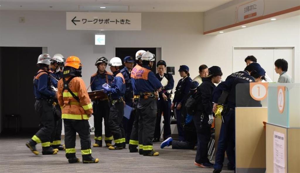 男が火をつけた現場を検証する捜査員ら=15日午後、神戸市北区(林信登撮影)