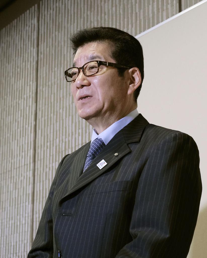 大阪市役所で記者団の取材に応じる大阪維新の会代表の松井一郎市長=15日