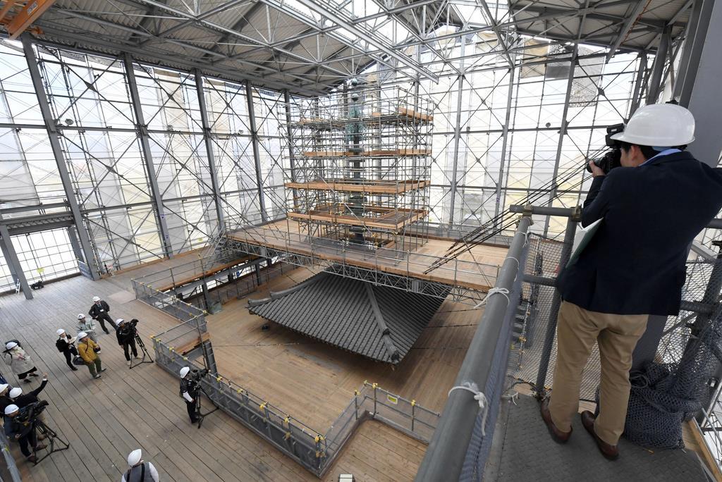 報道陣に公開された、薬師寺東塔の修理現場=15日午後2時7分、奈良市(安元雄太撮影)