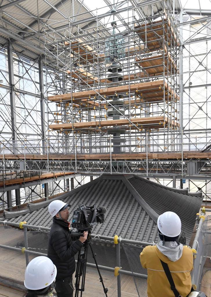 報道陣に公開された薬師寺東塔の修理現場=15日午後、奈良市(安元雄太撮影)