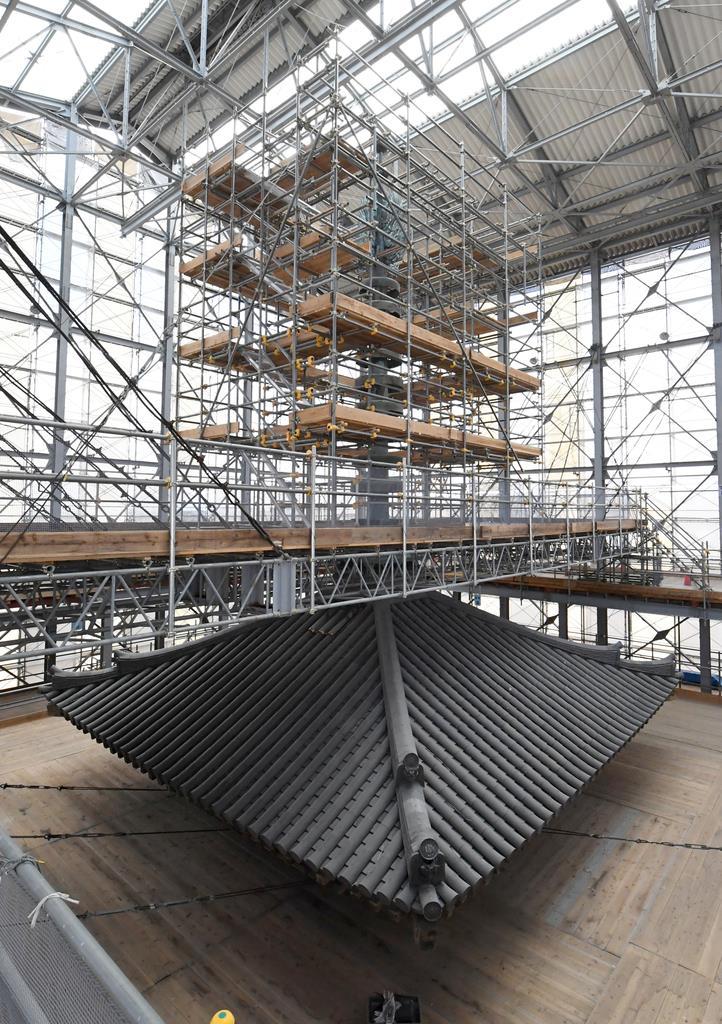 報道陣に公開された、薬師寺東塔の修理現場=15日午後1時49分、奈良市(安元雄太撮影)
