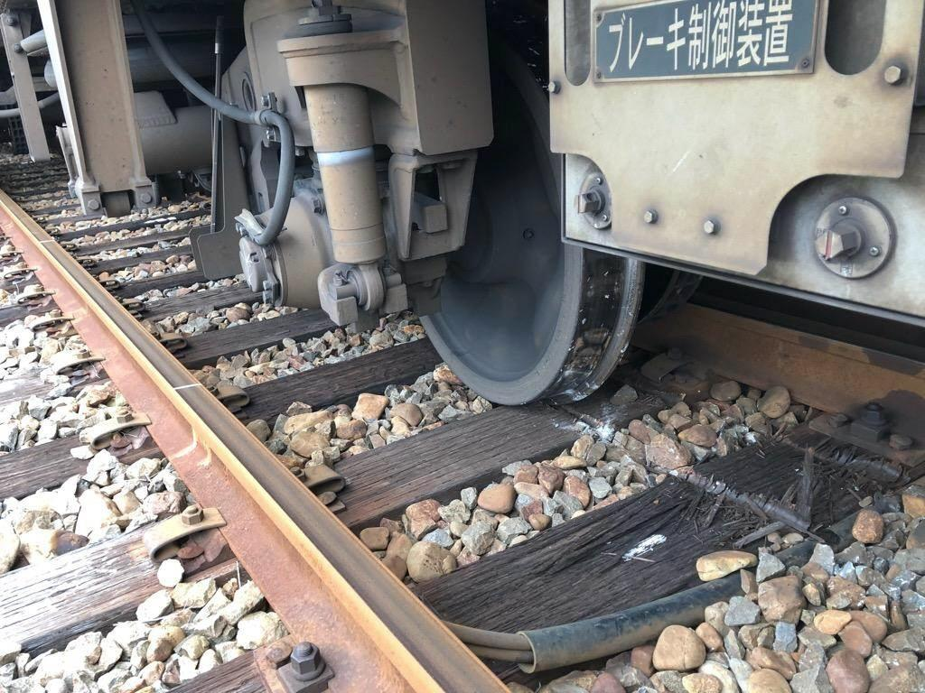 脱線した回送列車の車輪=和歌山県御坊市(JR西日本和歌山支社提供)