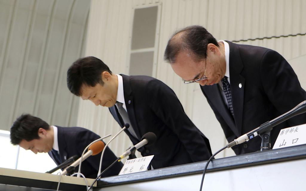松山大薬学部の岩村樹憲教授が書類送検された事件で、陳謝する溝上達也学長(中央)ら=16日午後、松山市