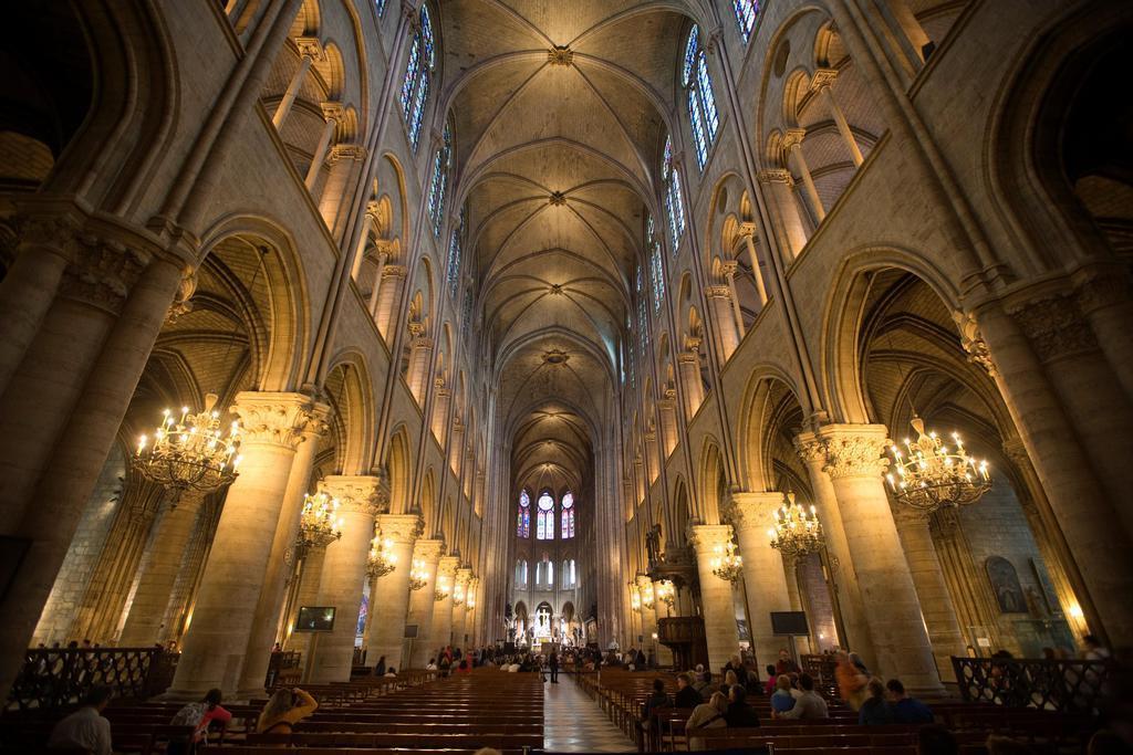火災に遭う前のノートルダム寺院の内部=2012年10月、パリ(ロイター)