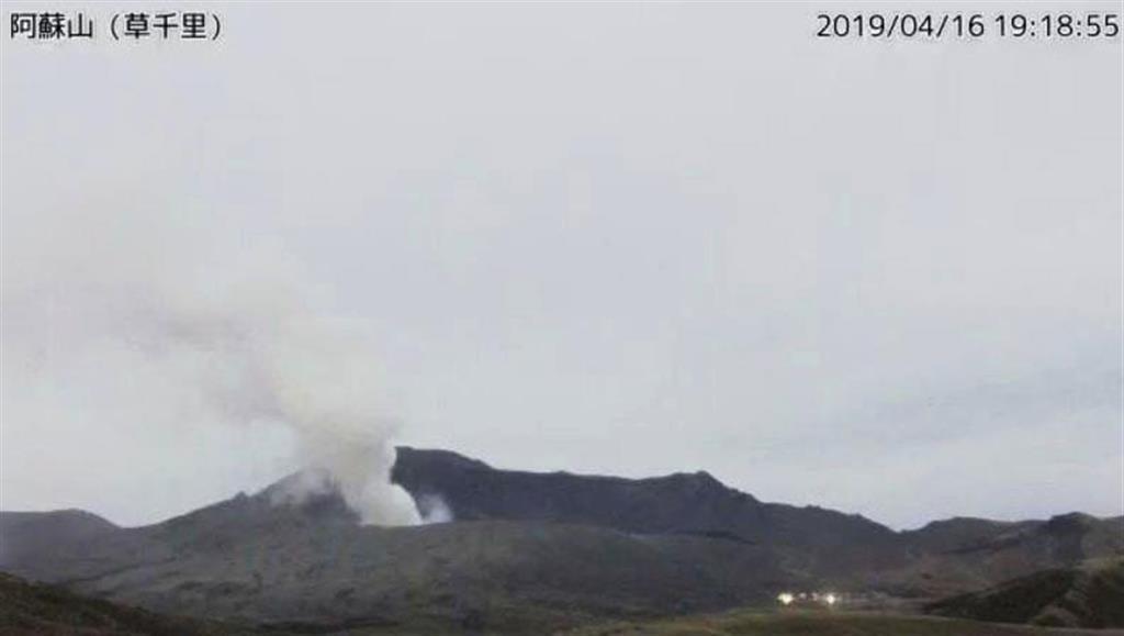 気象庁のカメラが撮影した、ごく小規模な噴火が発生し噴煙を上げる阿蘇山=16日午後7時18分