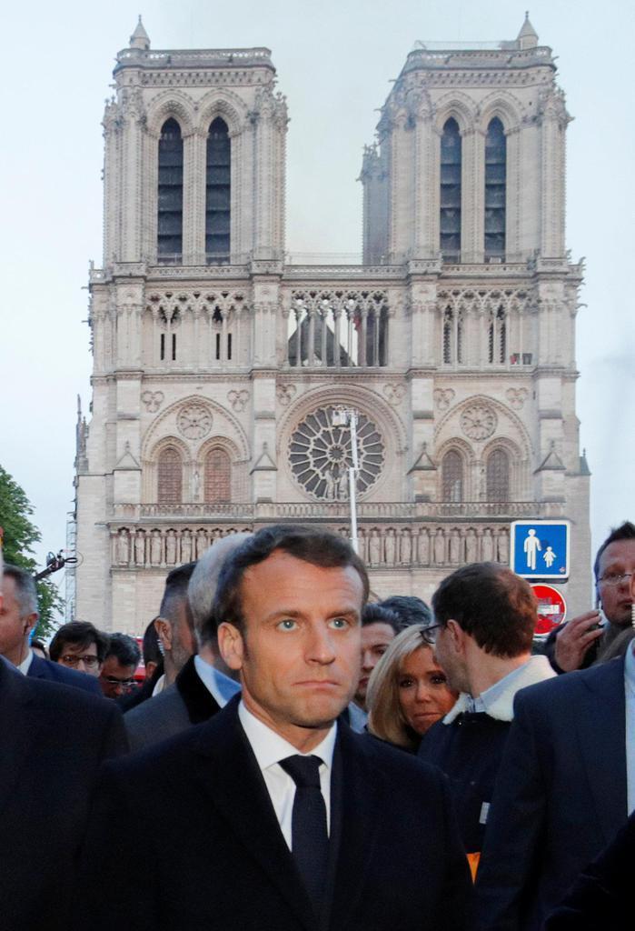 大規模な火災が発生したノートルダム寺院近くを訪れたフランスのマクロン大統領=15日、パリ(ロイター)