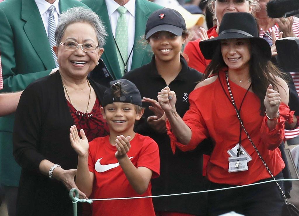 米男子ゴルフのマスターズ・トーナメントでタイガー・ウッズが逆転優勝を果たし、喜ぶ長男のチャーリーアクセル君(左から2人目)と長女のサムアレクシスさん(同3人目)ら家族=14日、オーガスタ・ナショナルGC(ロイター)