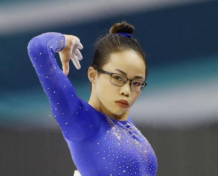 体操の個人総合で争うワールドカップ東京大会で優勝した眼鏡姿のモーガン・ハード=7日、武蔵野の森総合スポーツプラザ