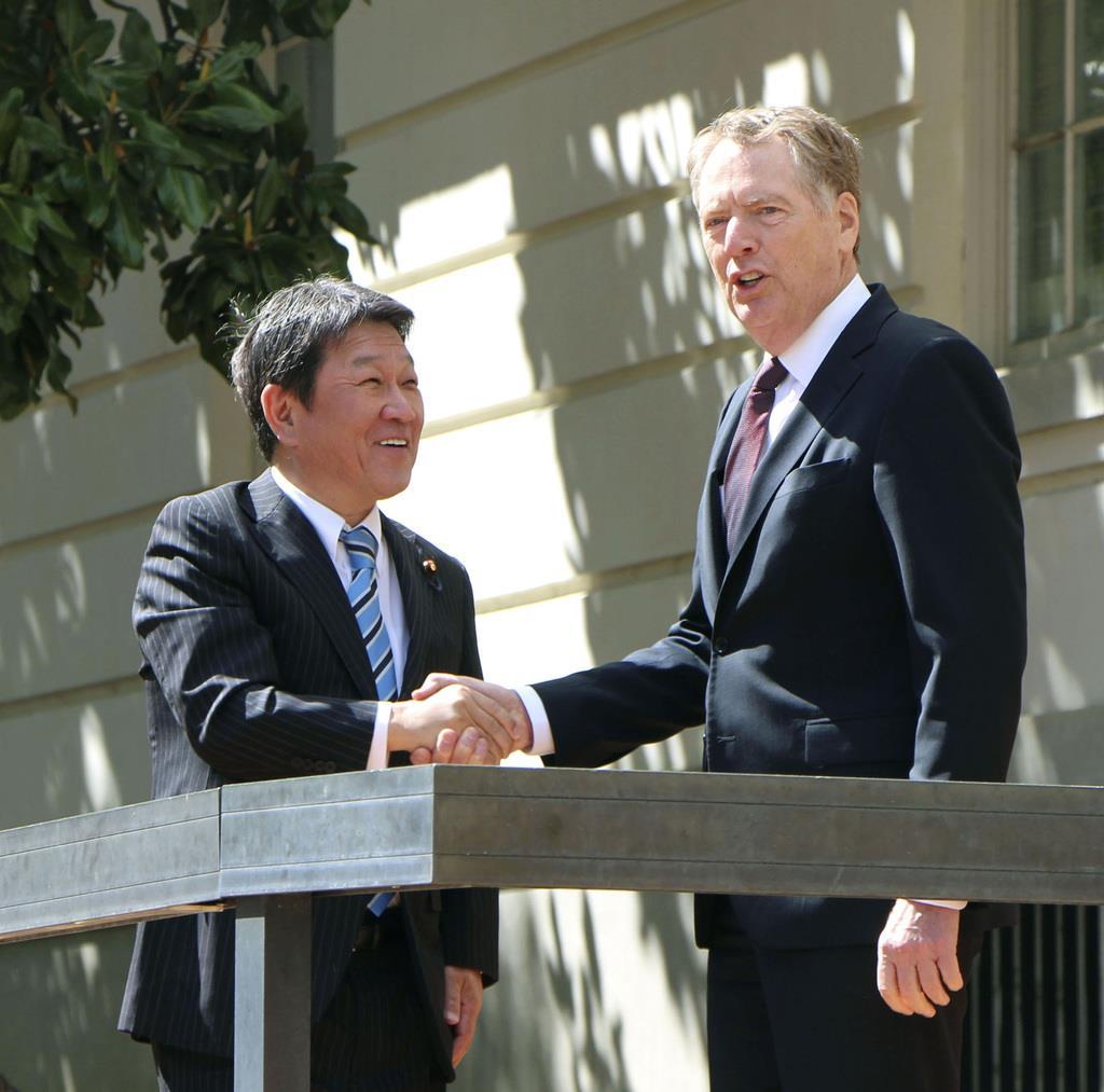 交渉前に握手を交わす茂木経済再生相(左)とライトハイザー米通商代表=15日、ワシントン(共同)