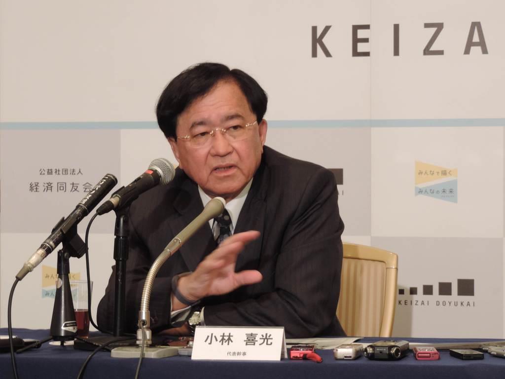 最後の定例会見で話す経済同友会の小林喜光代表幹事=東京都千代田区