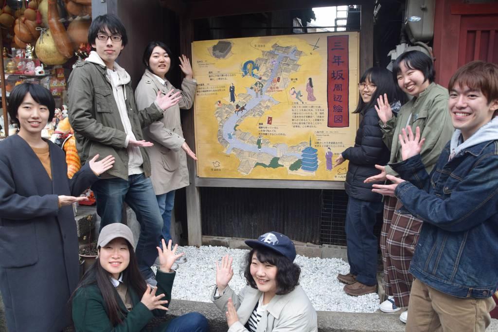 京都造形芸術大の学生らが制作した観光案内図=12日午後3時ごろ、京都市東山区(宇山友明撮影)
