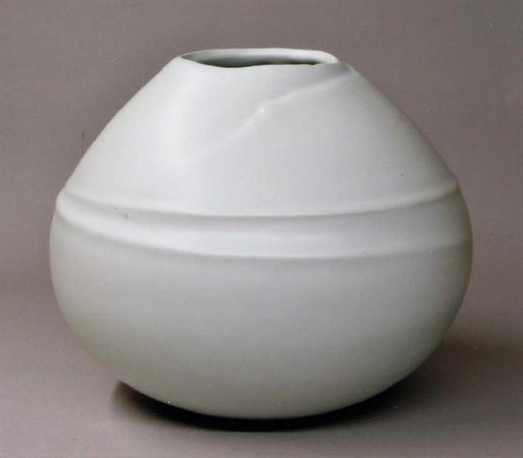 「白磁花器」(糸賀正和さん作)