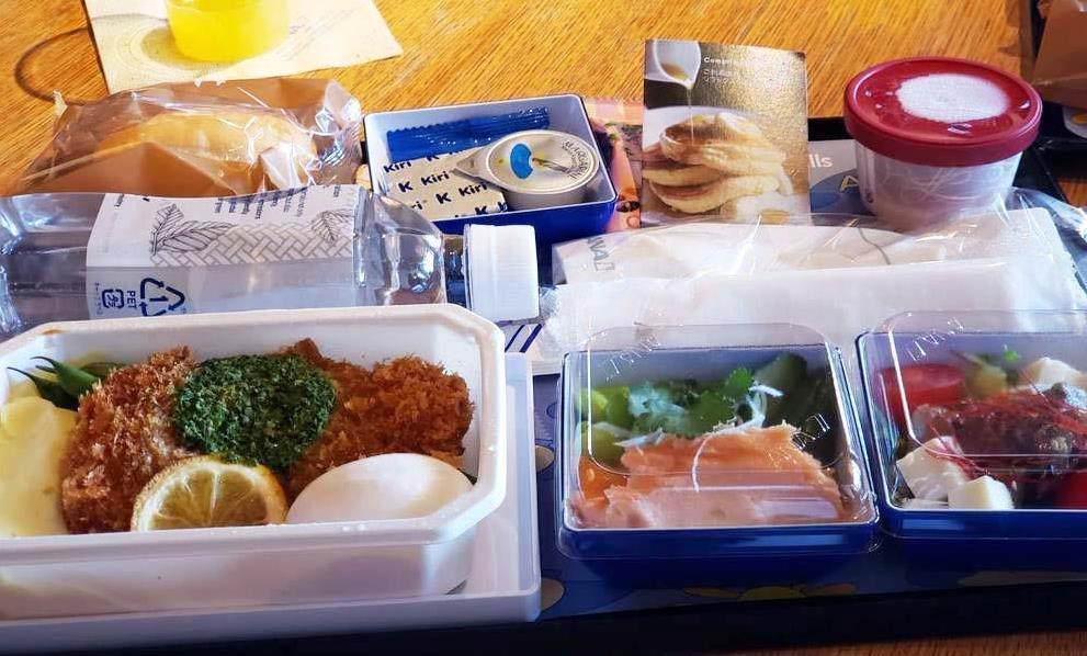 5月24日から全日本空輸の成田-ホノルル線に投入される新機内食=16日、東京都港区