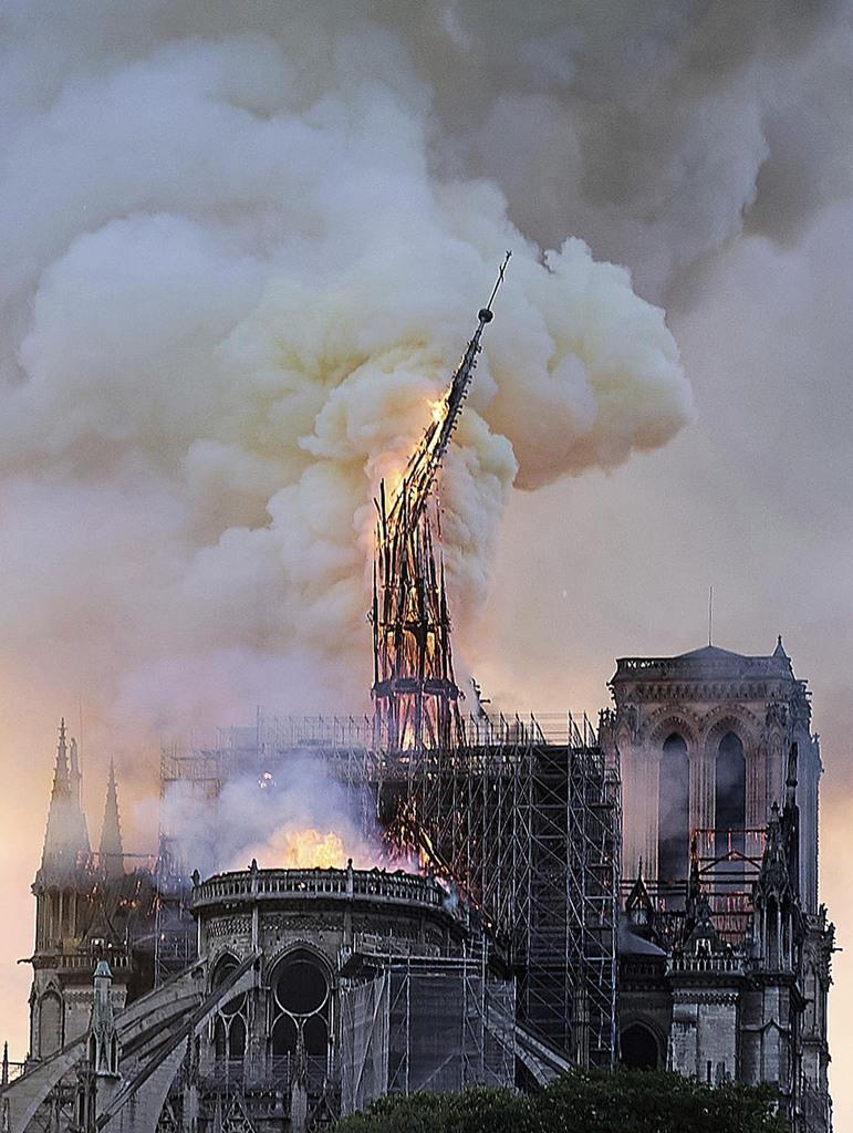 大規模な火災で炎上し、崩れ落ちるノートルダム寺院の尖塔=15日、パリ(AP)