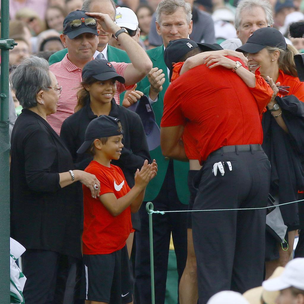 最終ラウンド、逆転で優勝を果たし、家族と喜ぶタイガー・ウッズ(右手前)=オーガスタ・ナショナルGC(共同)