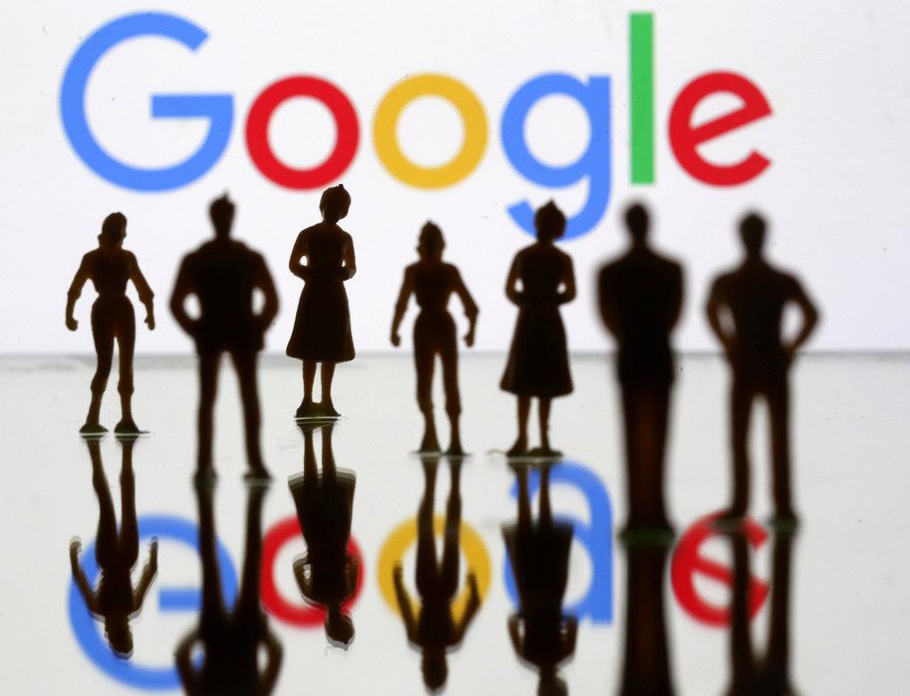 グーグルのロゴとおもちゃのフィギュア(ロイター)