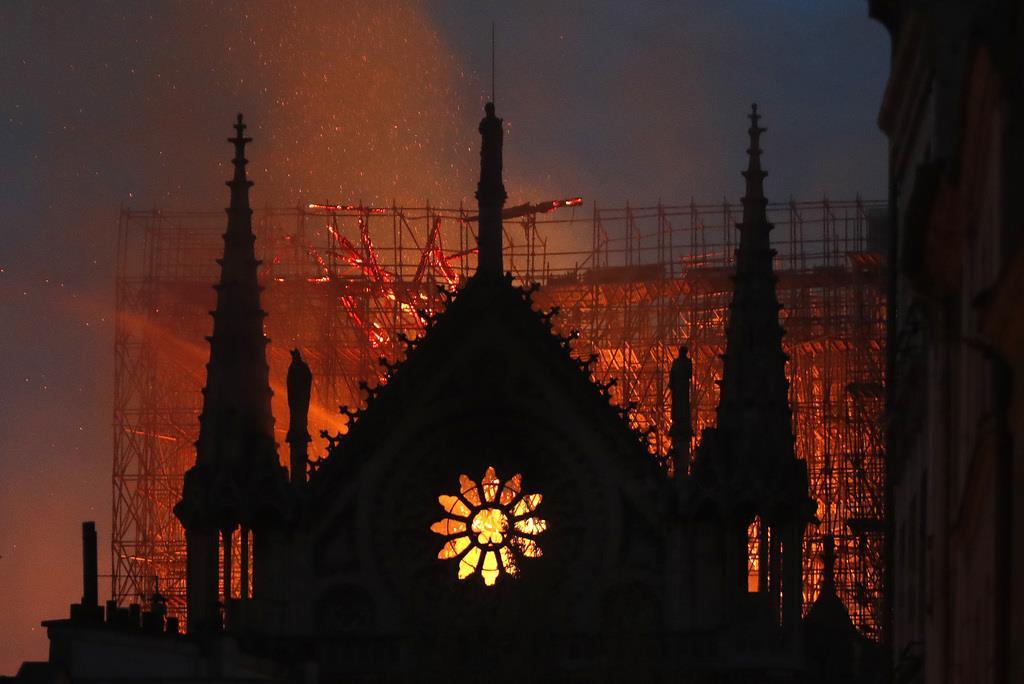 火災が発生したノートルダム寺院。屋根が激しく炎上し、高さ約90メートルの尖塔が崩落した(AP)
