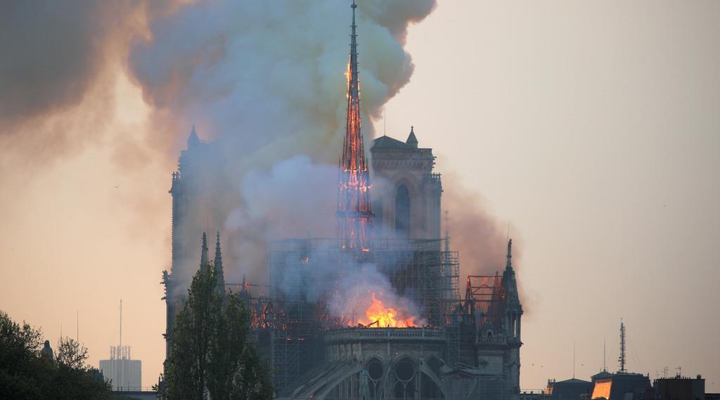 煙に包まれるノートルダム大聖堂=15日、パリ(ロイター)