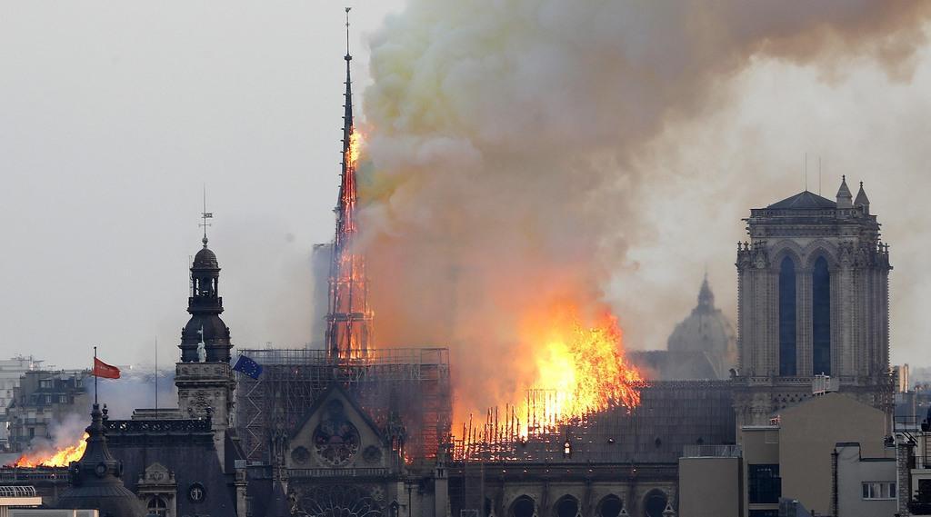炎を上げるノートルダム大聖堂=15日、パリ(AP)