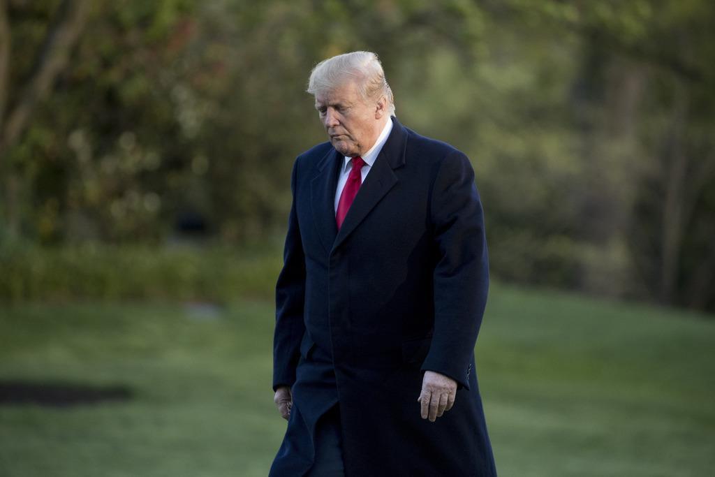 ホワイトハウスの芝生を歩くトランプ米大統領=15日、ワシントン(AP)