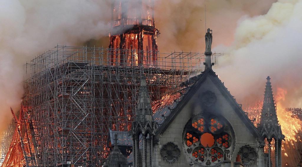 激しく炎上するパリのノートルダム寺院。尖塔は崩れ落ちた=15日(ロイター)