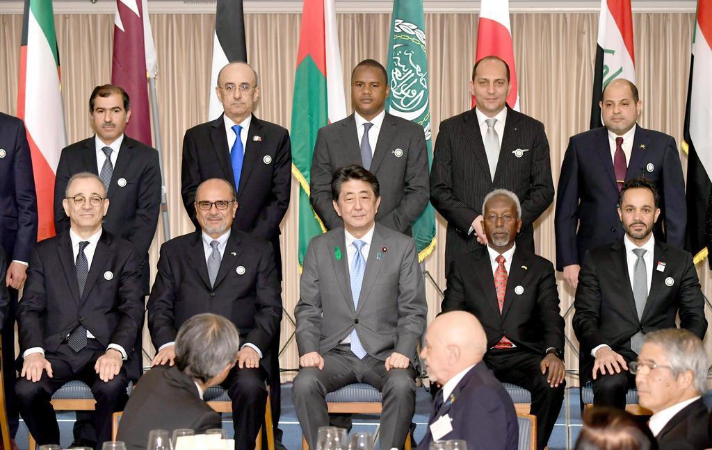 アラブ・ジャパン・デー・レセプションで、アラブ諸国の大使らと記念撮影をする安倍晋三首相(中央)=16日午後、東京都港区(代表撮影)