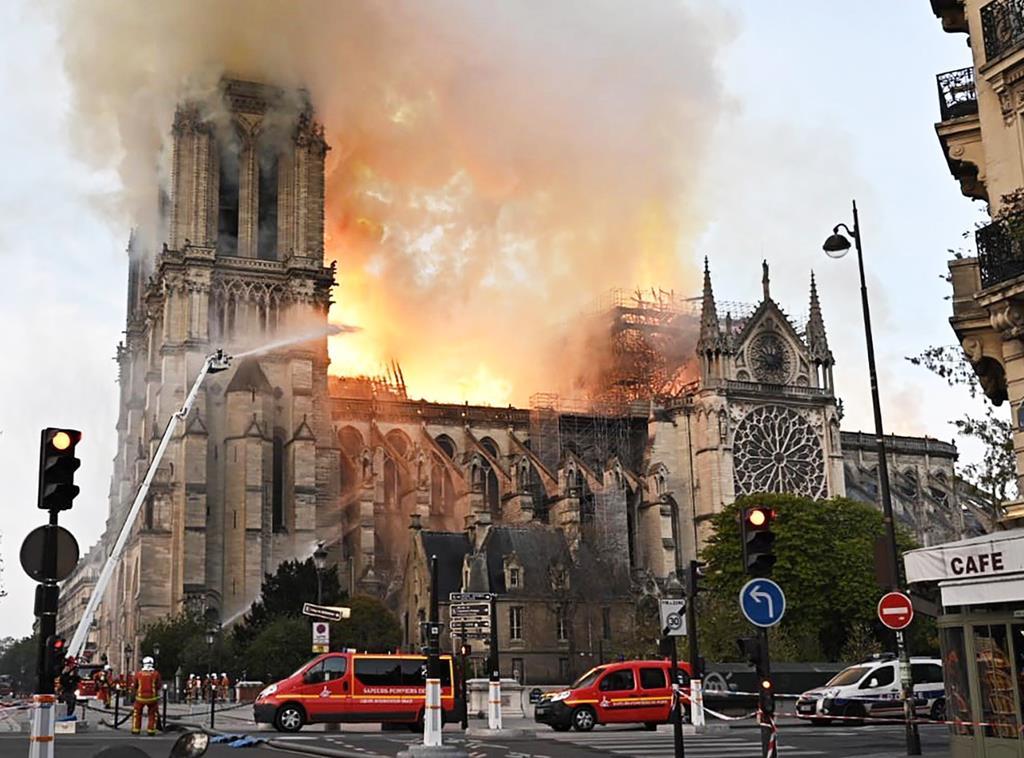 パリで、火が上がるノートルダム寺院=15日(タス=共同)