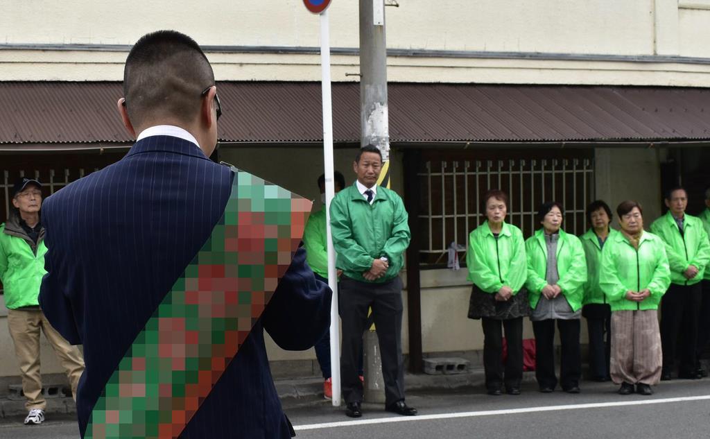 候補者の訴えに耳を傾ける支援者ら=14日、大津市(画像の一部を加工しています)