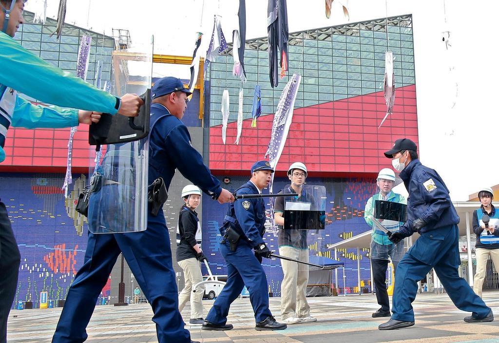 G20に向けて防犯訓練する海遊館の職員と警察官ら=17日、大阪市港区の海遊館(渡辺恭晃撮影)