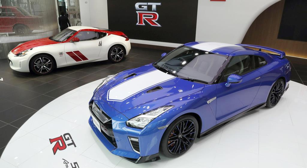 日産自動車「NISSAN GT-R」(手前)と「フェアレディZ」の発売50年記念車=17日午前、東京・銀座