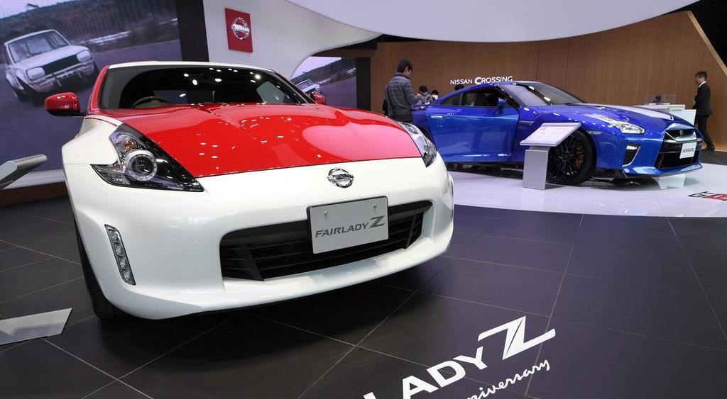 日産が発表した「フェアレディZ 50周年記念車」(左)と「NISSAN GT-R 50周年記念車」=17日午前、東京都中央区(寺河内美奈撮影)