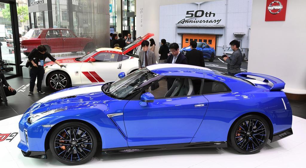 日産が発表した「NISSAN GT-R 50周年記念車」(手前)と「フェアレディZ 50周年記念車」=17日午前、東京都中央区(寺河内美奈撮影)