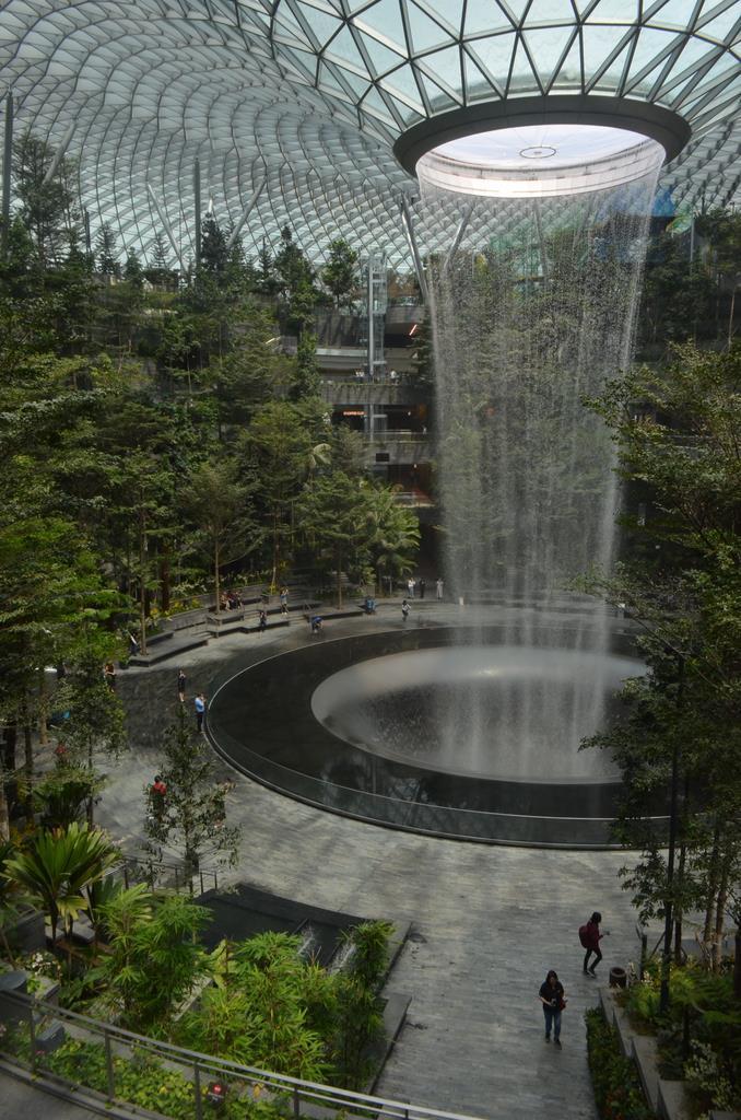 シンガポール・チャンギ空港内の大型商業施設「ジュエル・チャンギ・エアポート」には、シンボルとして落差40メートルとなる世界最大の屋内の滝が設けられた(森浩撮影)