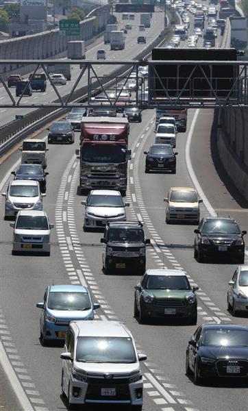 昨年4月28日、ゴールデンウイークが始まり混雑する中国自動車道下り線=兵庫県宝塚市(恵守乾撮影)