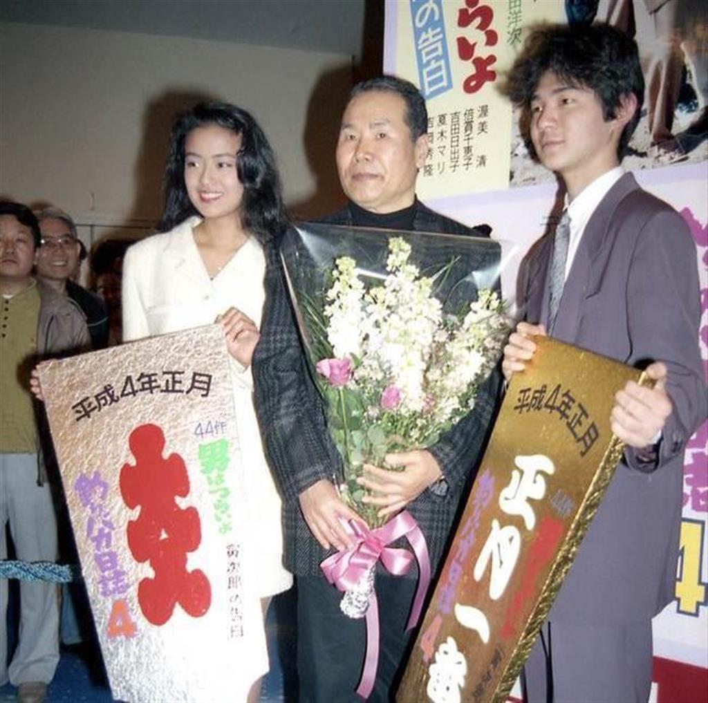 第44作「寅次郎の告白」初日舞台あいさつ。シリーズ終盤、寅次郎(渥美清、中央)は甥の満男(吉岡秀隆、右)の恋を指南するようになる。左は満男のガールフレンド、泉(後藤久美子)=平成3年12月、東京・有楽町