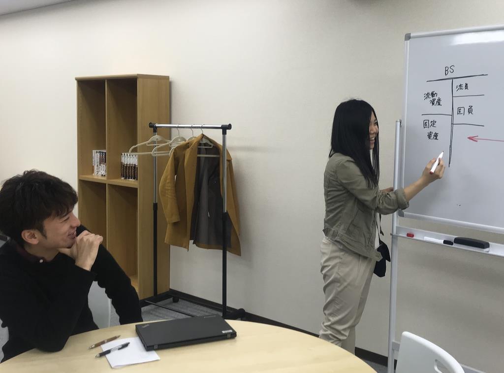 キズキビジネスカレッジで打ち合わせをする安田祐輔さん(左)と、林田絵美さん=東京都新宿区