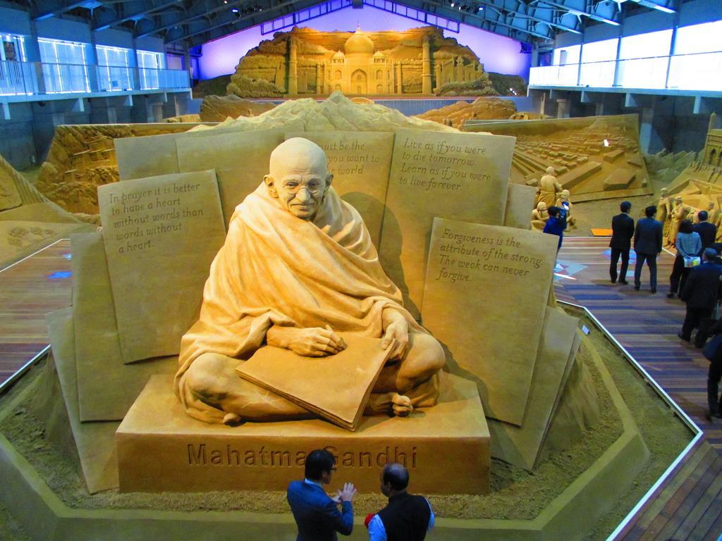 独立の父「マハトマ・ガンディー」=12日、鳥取市の砂の美術館(矢部美智留撮影)