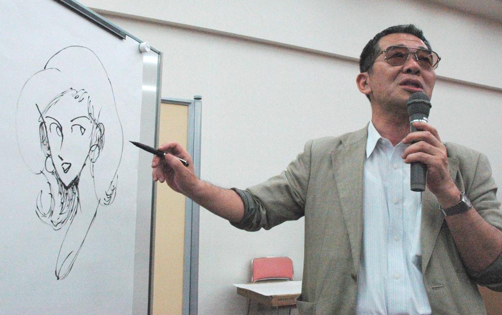 2004年6月、シンポジウムで「ルパン三世」の峰不二子を描くモンキー・パンチさん=兵庫県西宮市の大手前大