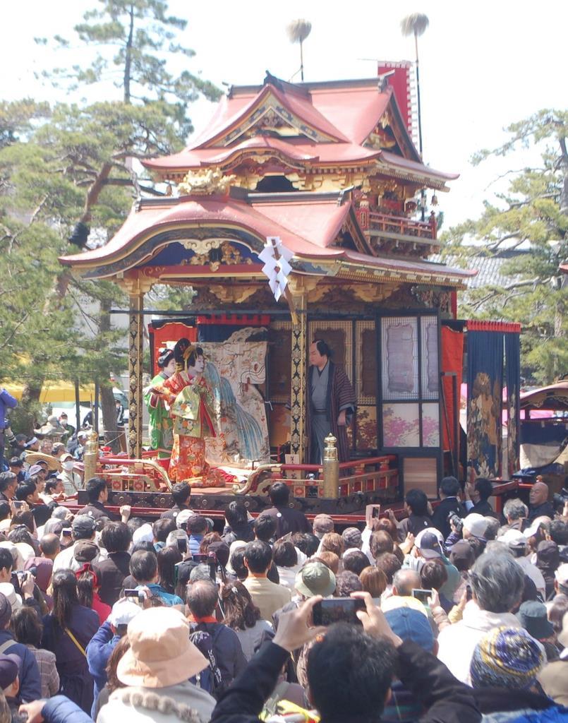 豪華絢爛な曳山の舞台で披露された子供歌舞伎=15日、長浜市